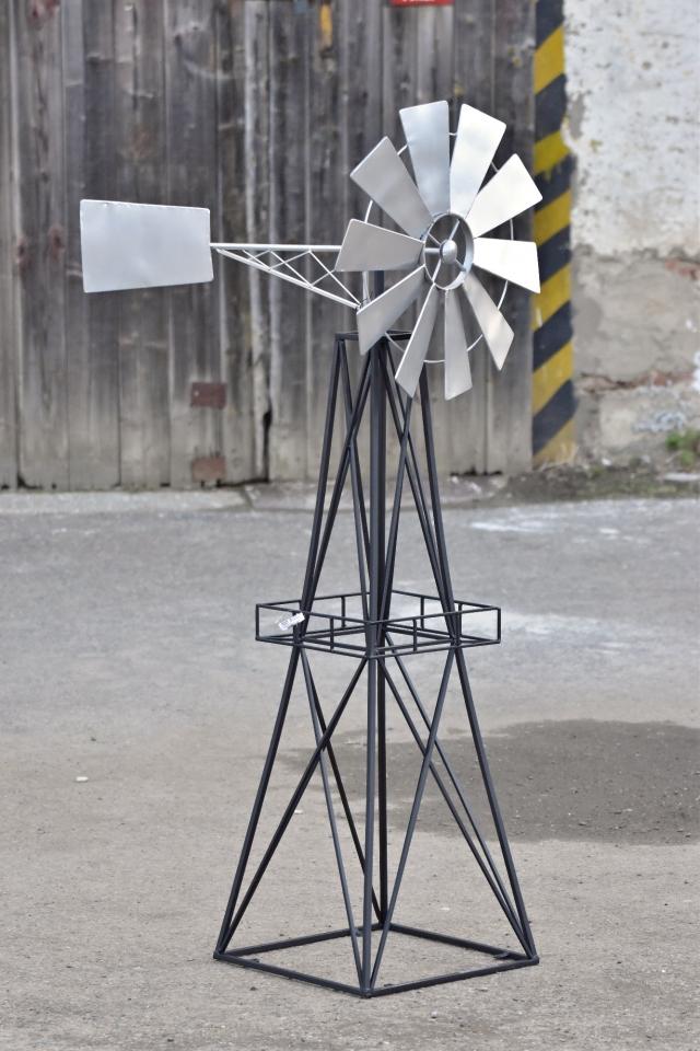 Kovový větrný mlýn dekorace