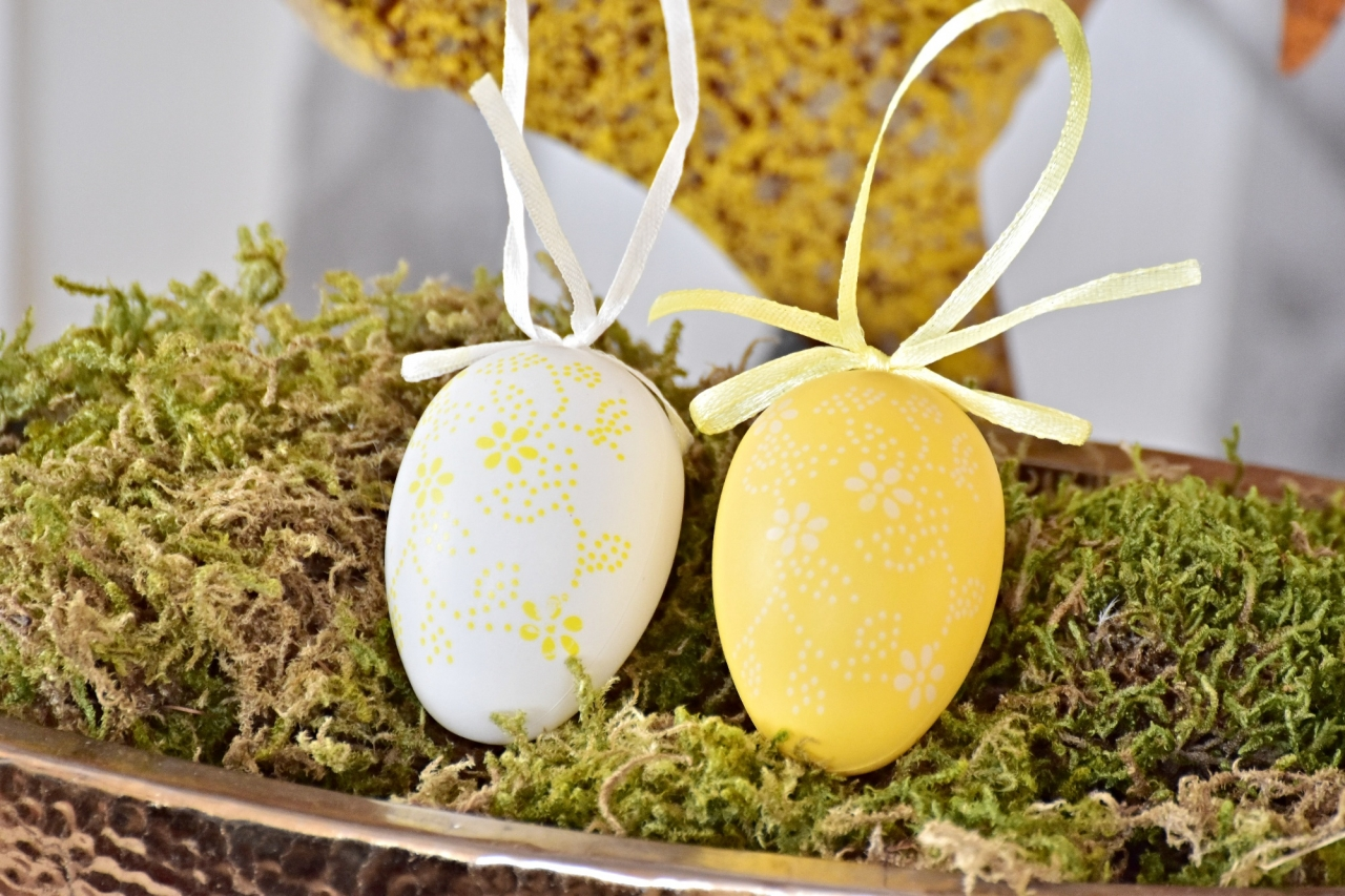 Plastová vajíčka na zavěšení, květinový motiv s/12, 6 cm