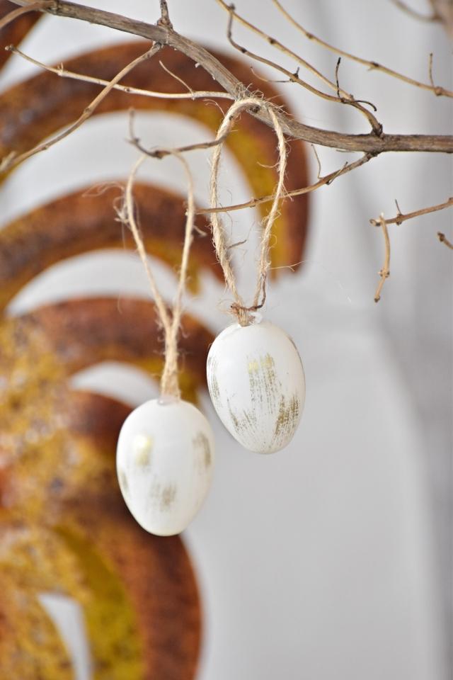 Plastová vajíčka na zavěšení, bílo zlaté s/24, 4 cm