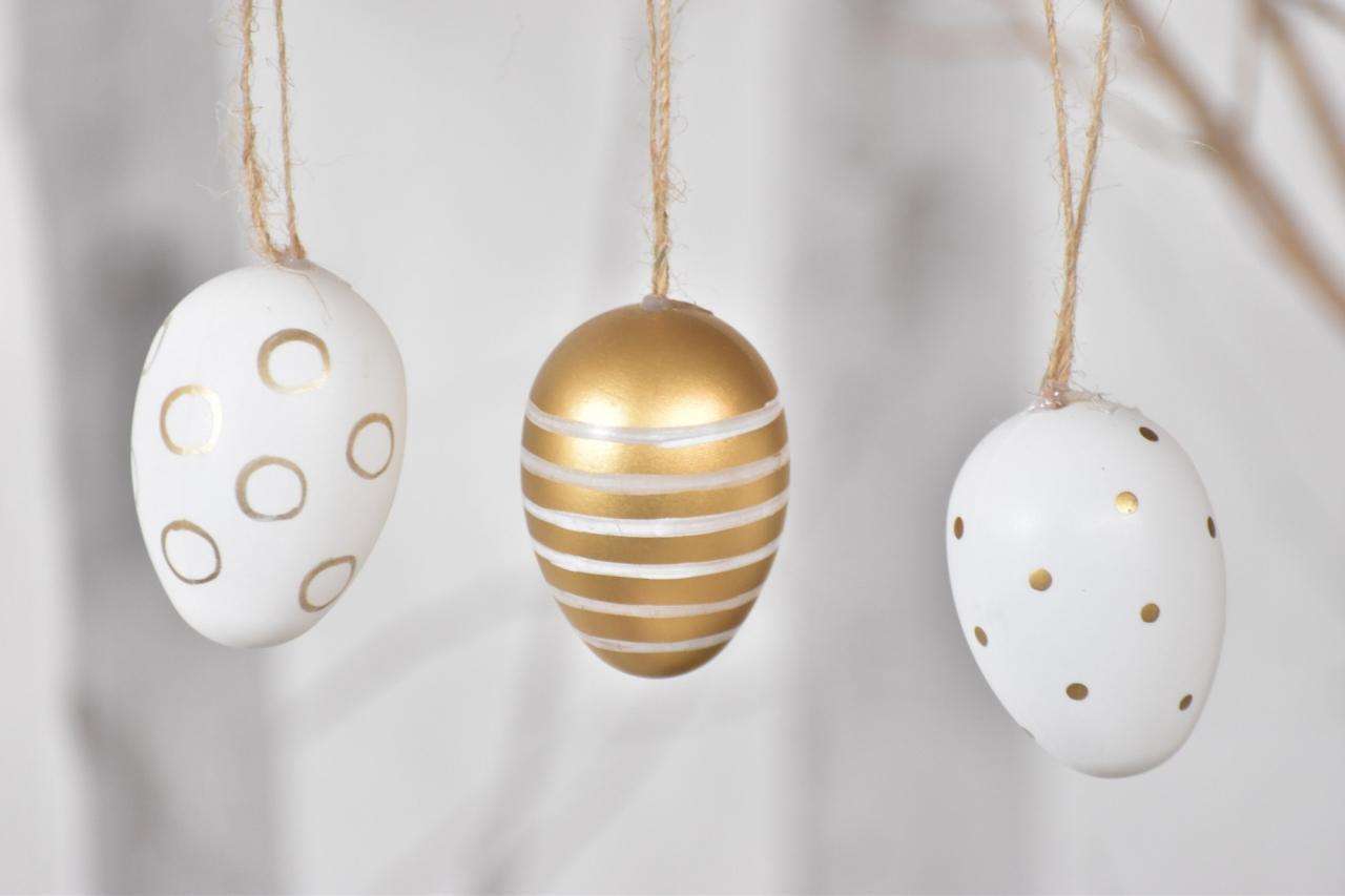 Plastová vajíčka na zavěšení, bílo-zlaté s/12, 6 cm