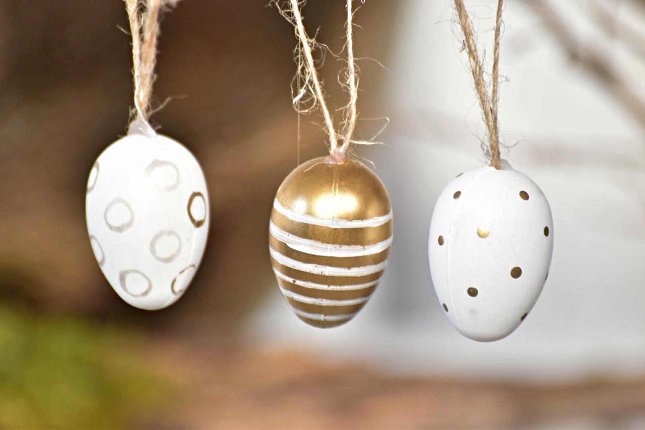 Plastová vajíčka na zavěšení, bílo-zlaté s/24, 4 cm