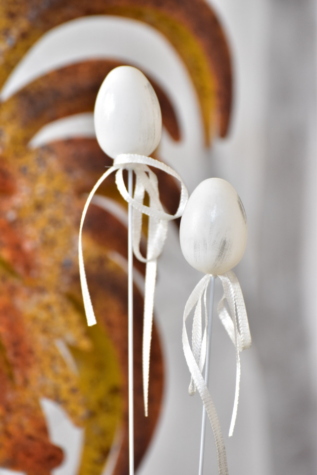 Plastová vajíčka na špejli, bílo-šedá s/12, 4 cm