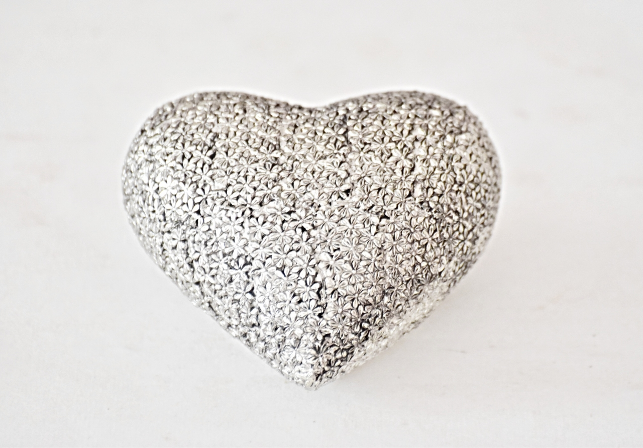 Stříbrné srdíčko s květinovým reliéfem 9x8,5x5 cm