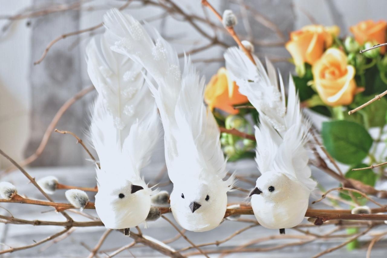 Bílý ptáček s glitry M, na klipu