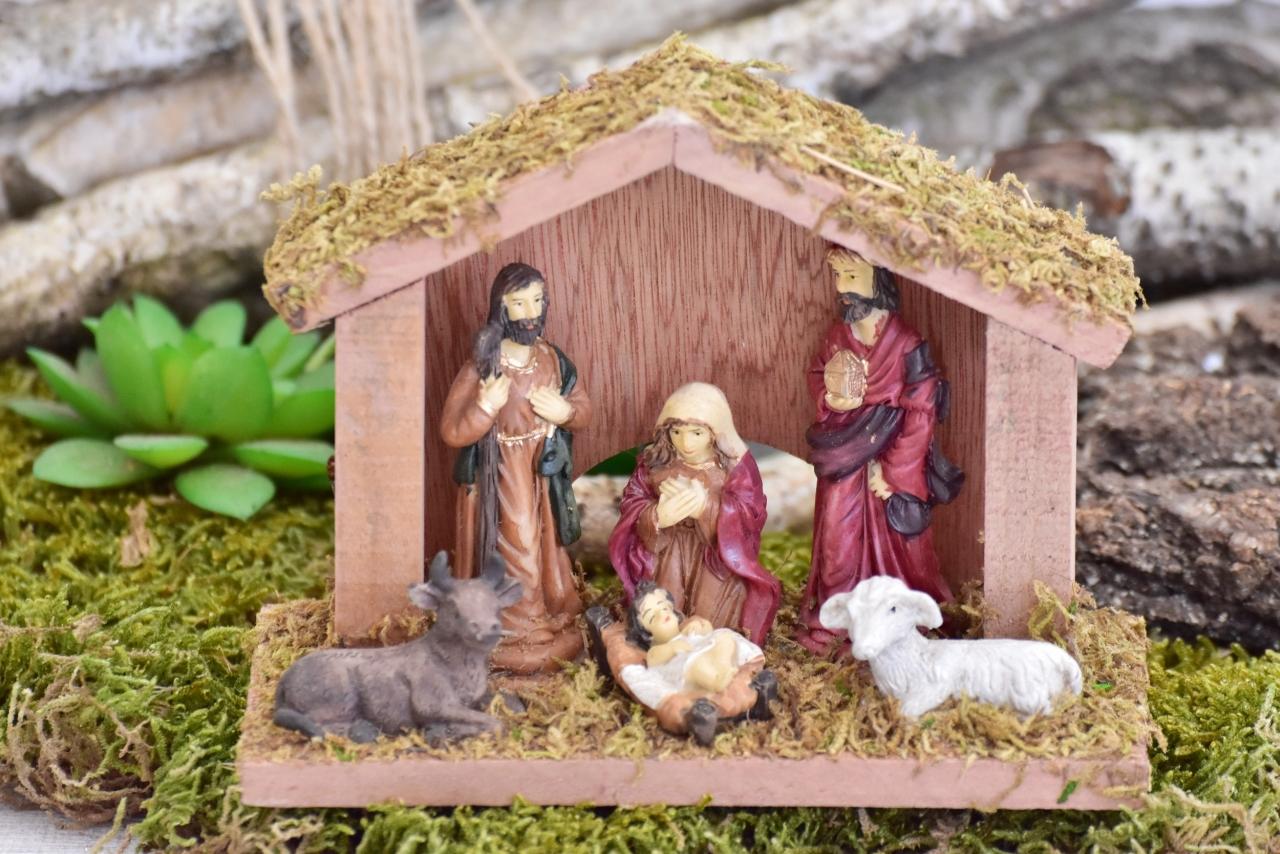 Betlém s figurkami 11x15x6 cm